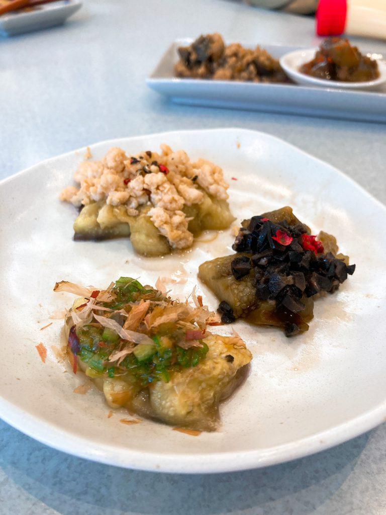 焼きナスの料理3種:鶏ひき肉みそあん、黒オリーブのキャビアもどきソース、オクラソース