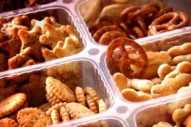 スナック菓子にはトランス脂肪酸が含まれいます。食べ過ぎに注意しましょう。