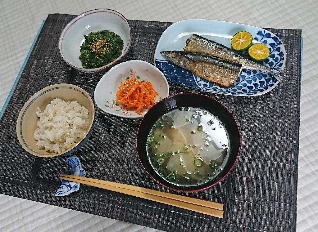 一汁三菜(玄米入りごはん、味噌汁、秋刀魚、モロヘイヤの胡麻和え、人参のフェンネルシードと塩麹漬け)